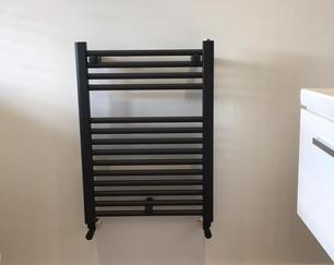 Anthracite wall-hung towel radiator with concealed pipework